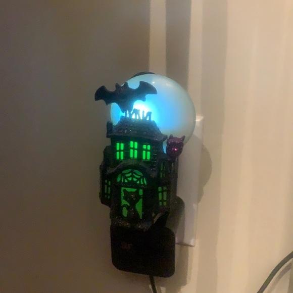 Small haunted house bath and body work plug